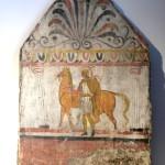 paestum musee-fresque-trouver-sur le site cavalier à pied avec son cheval
